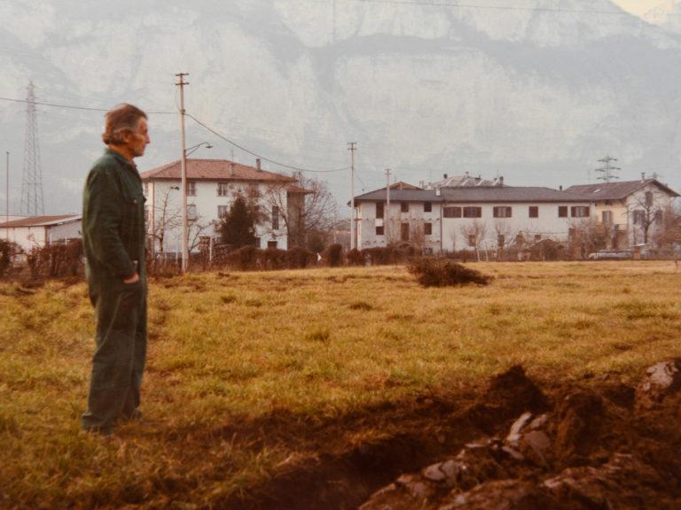 Giuseppe Nadalini durante la costruzione del nuovo impianto di kiwi