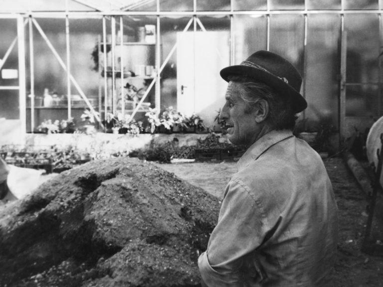 Giuseppe Nadalini controlla i lavori di costruzione della serra